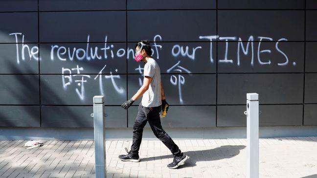 香港法院周一裁決,推翻了香港政府引用緊急法啟動的禁蒙面法。圖為香港理工大學一景。...