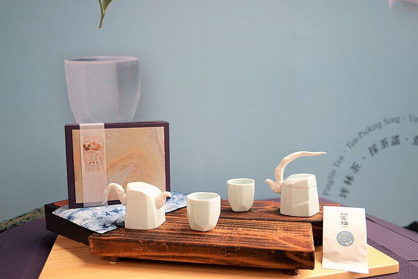 《茶山雲舞茶具組》是結合政府資源、陶藝家的專業及鶯歌陶瓷、坪林茶、三峽藍染等多元...
