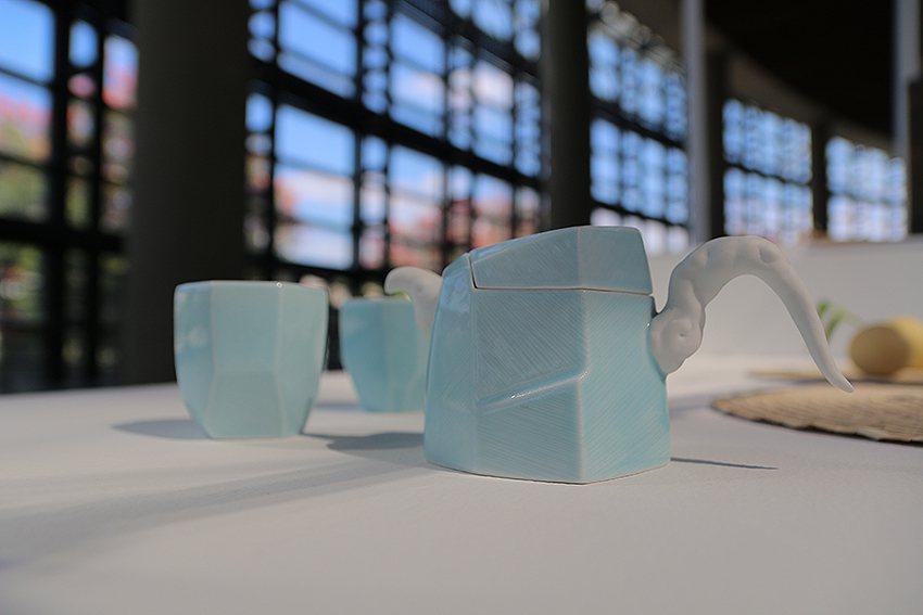 《茶山雲舞茶具組》是由獲得多屆金壺獎的陶藝家卓銘順所設計,圖為「正把壺款」。 陶...