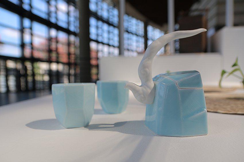 《茶山雲舞茶具組》是由獲得多屆金壺獎的陶藝家卓銘順所設計,圖為「提樑壺款」。 陶...