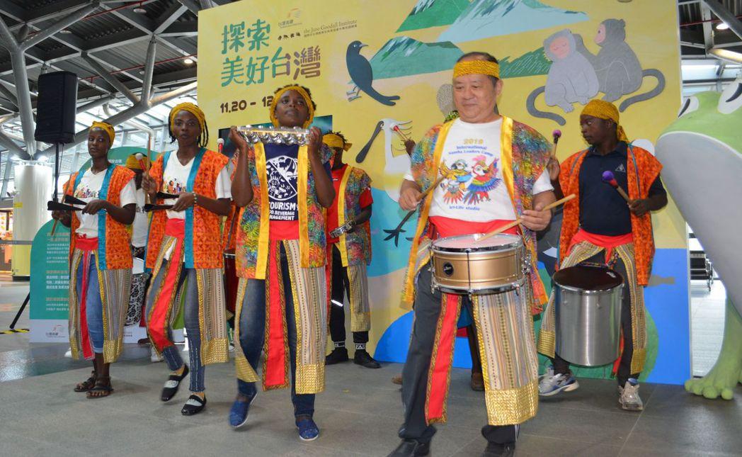 非洲鼓表演為展覽活動揭開序幕。  陳慧明 攝影