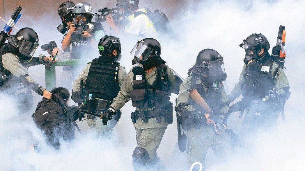 美國參院19日通過法案,禁止出售催淚彈、辣椒噴劑等鎮暴裝備給香港警察。 美聯社
