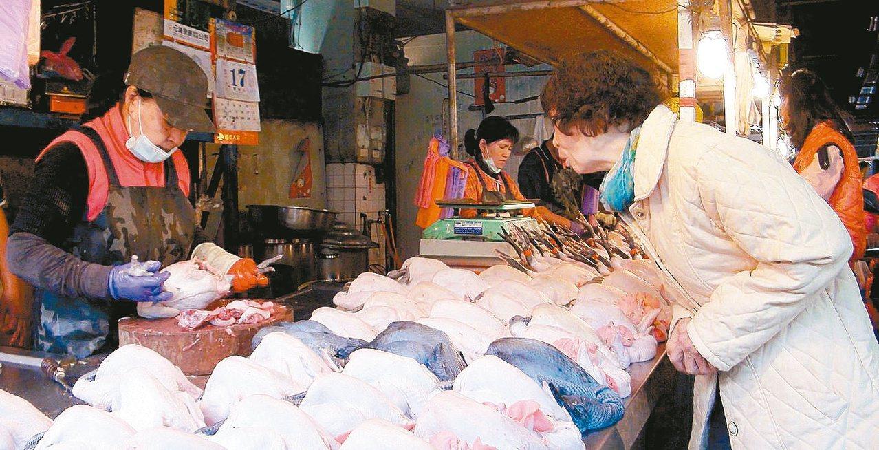 圖為民眾在市場選購雞肉。圖/聯合報系資料照片