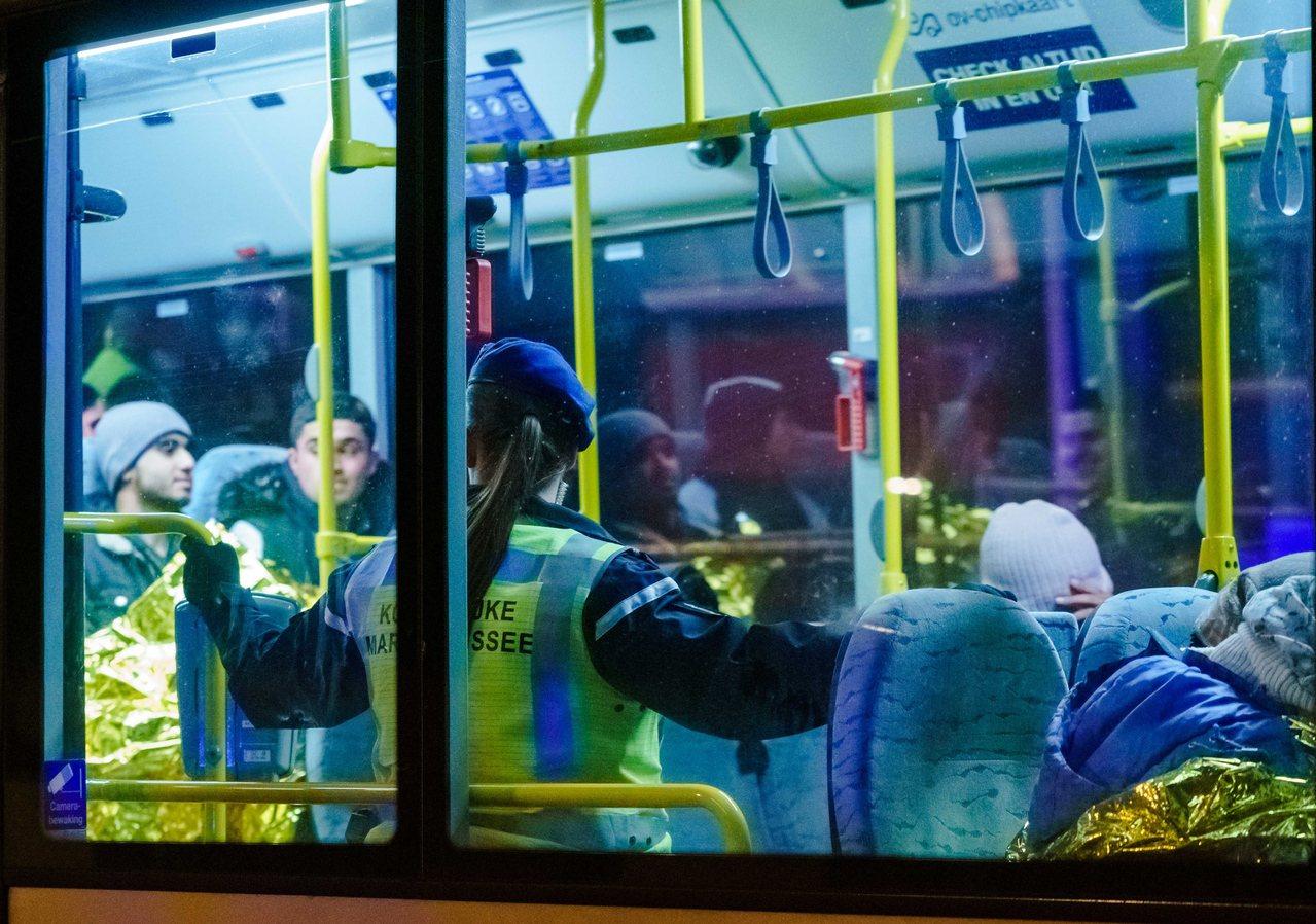 偷渡者被一輛巴士載走,有兩人可能體溫過低,送醫接受進一步治療。