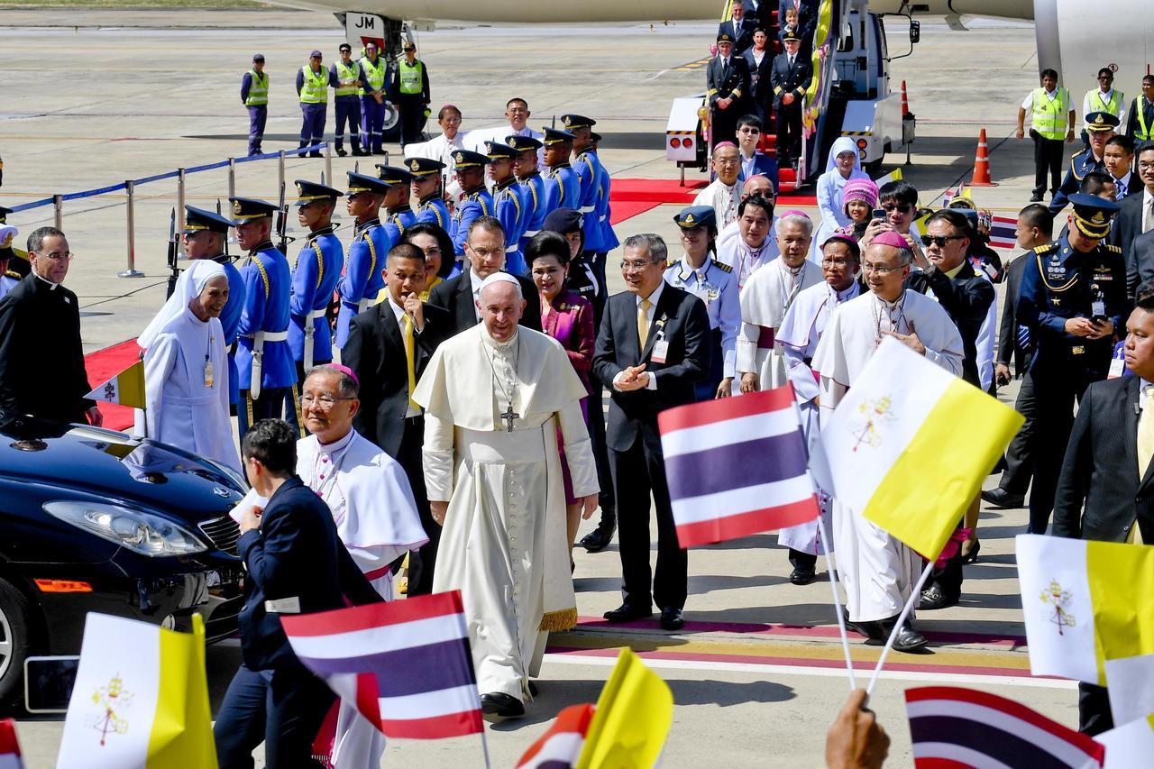 天主教教宗方濟各20日抵達為期7天亞洲行的第一站泰國,與當地人數不多的天主教社群...