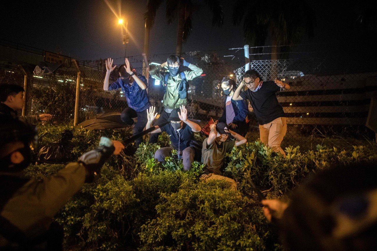 香港油尖警區指揮官何潤勝今晚在理大校外說明事件處理進展時說,仍希望以和平方式解決...