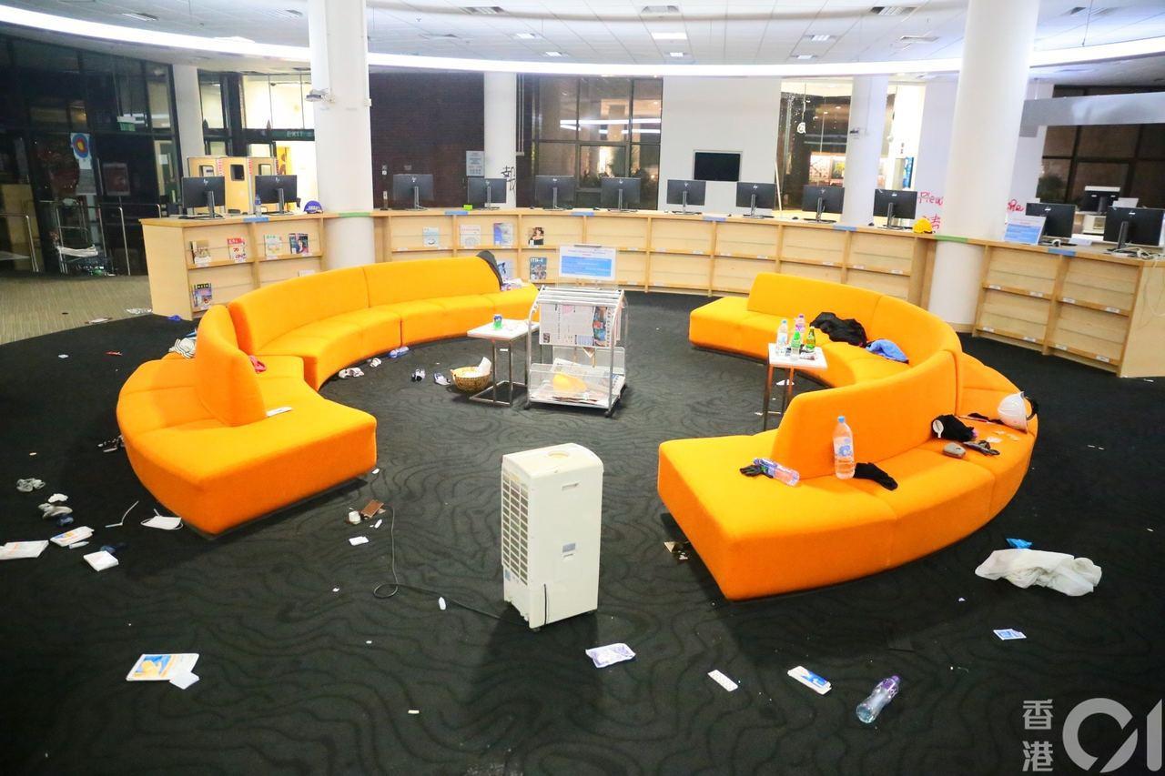 包玉剛圖書館的沙發區上,被困人士的物品散落各處。圖擷自香港01