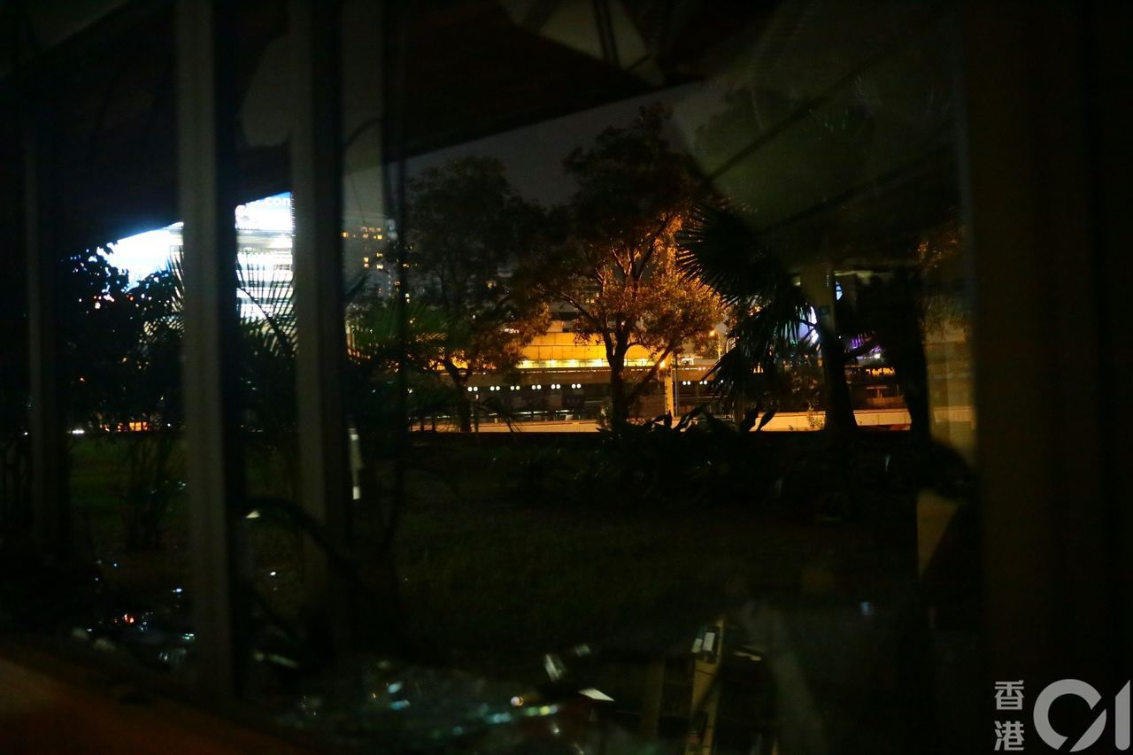 港警時不時以大光燈由紅館方向掃射理大校園。圖擷自香港01