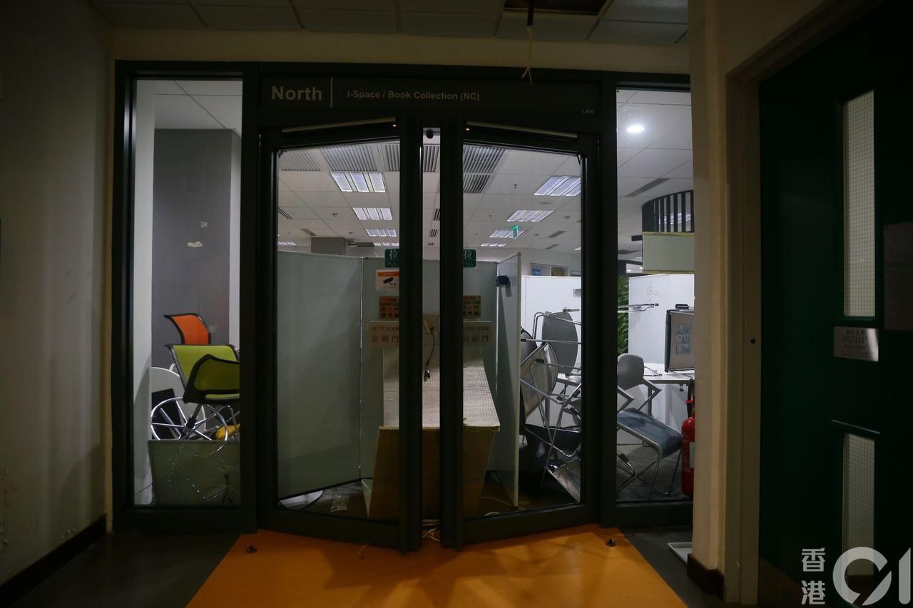 圖書館通道被雜物堵塞。圖擷自香港01