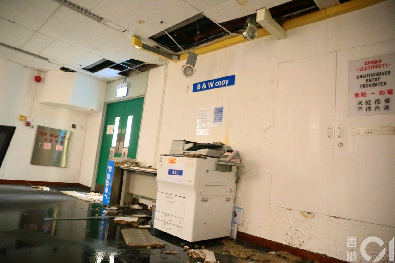 不少通道的假天花紛紛漏水。圖擷自香港01