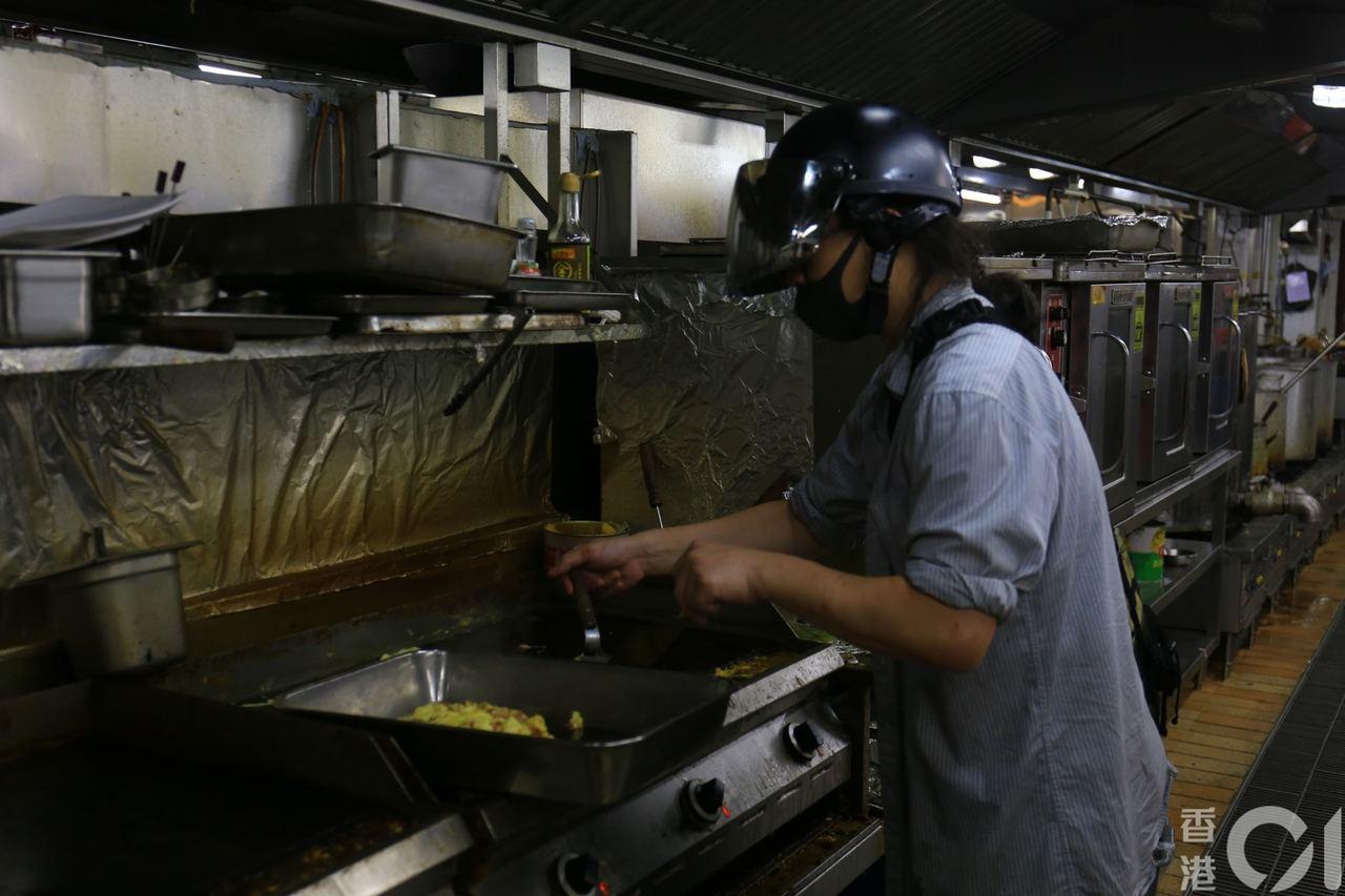 廚師一直留在廚房內,為有需要的人士煮飯。圖擷自香港01