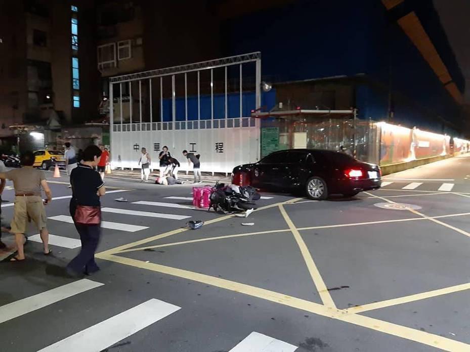 5月份傳出有外送員撞上賓利車的意外,遭求償天價。事主出面澄清事件並非如網路所言。圖擷自靠北熊貓