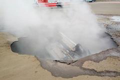 俄熱水管破裂炸出坑 駕駛連車掉入遭燙死