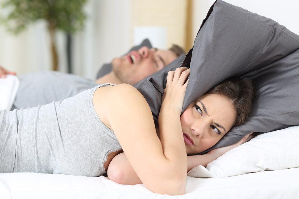 原PO表示自己丈夫喜歡睡前吃生大蒜配高粱,讓她每晚不但被鼾聲吵醒,也會聞到丈夫吐...