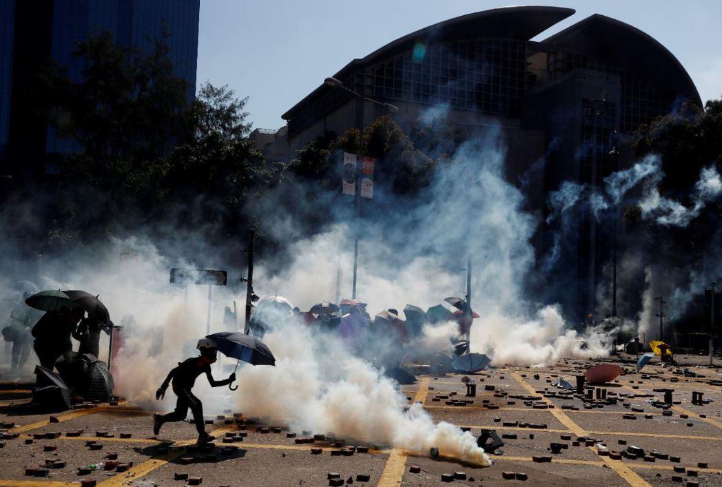 港警日前在理大「圍城之戰」,多次在校園施放內含戴奧辛的催淚彈。 圖/路透社