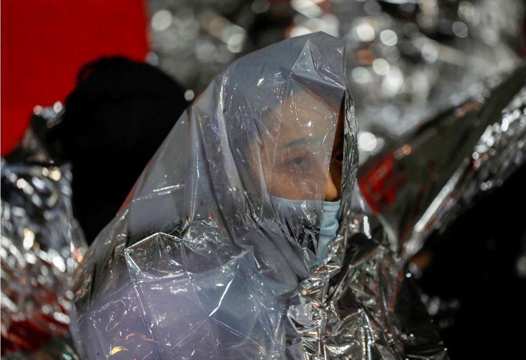 香港裡大內的示威者與港警鏖戰數日,在被水砲車沖擊後,以鋁箔紙披身預防失溫。 圖/路透社