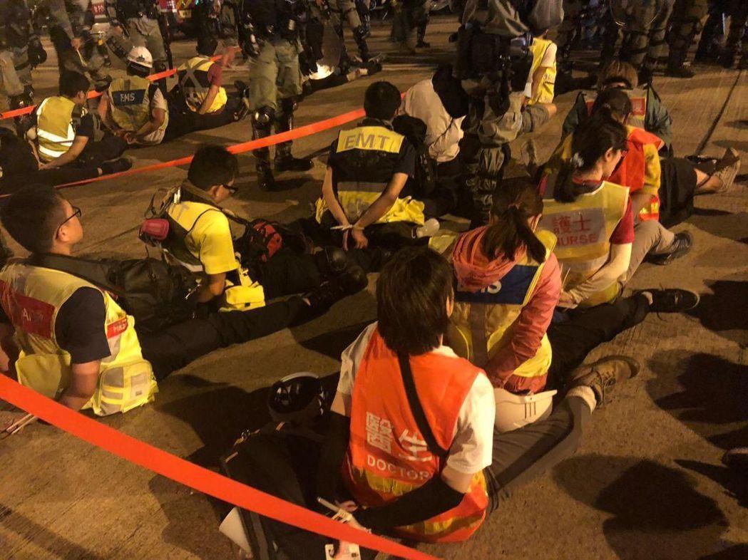 18日港警與示威者於理工大學對峙,港警針對現場救護人員的抓補行動,引發輿論反彈。 圖/Telegram