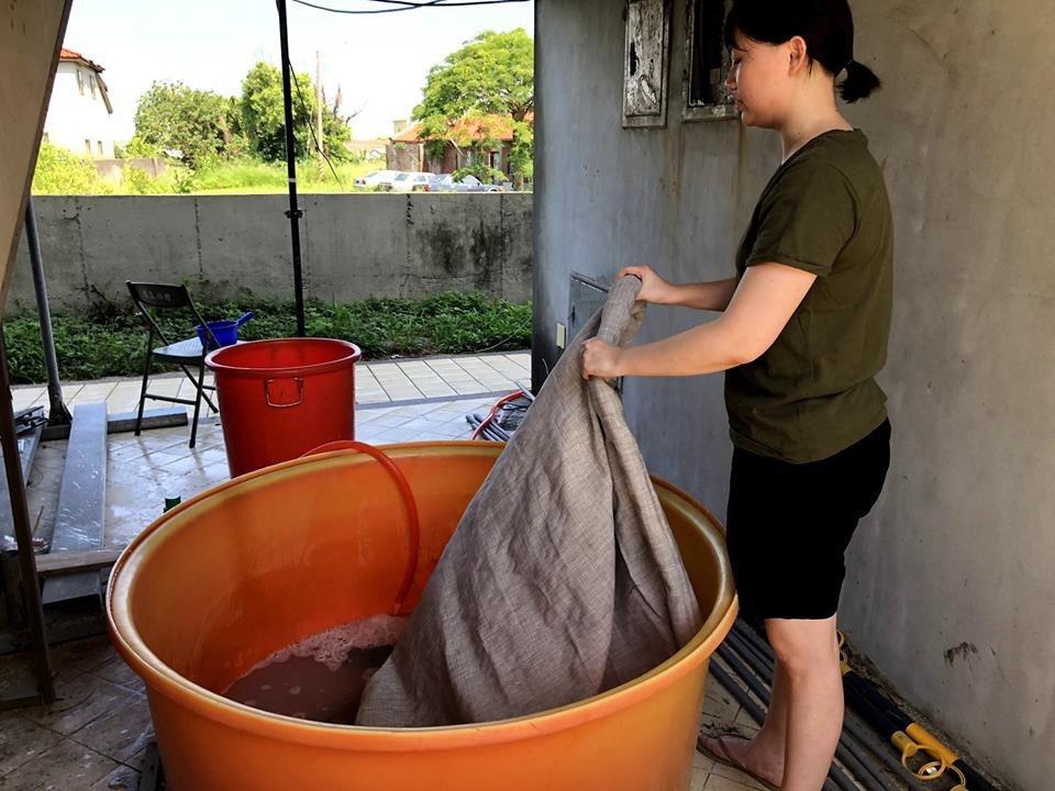 從成衣廠回收的布料,會再經過清洗、消毒、日曬。  圖/參先生提供