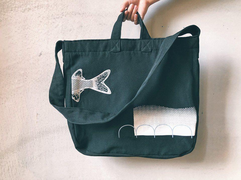 由參先生設計產品,初學者設計絹印花樣,將烏魚與今秋藝術節的元素融入紀念商品中。 ...