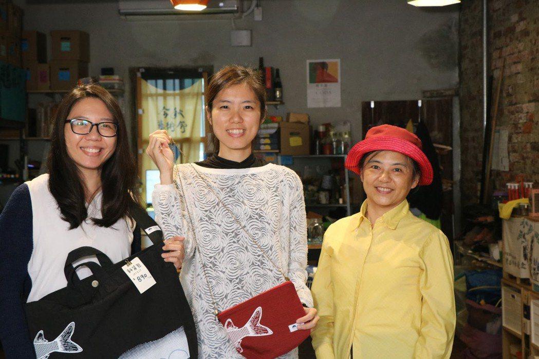 志工陳宜暄、林純瑜、社區媽媽楊富媚(由左至右)在剩布計畫中一起合作製造產品。 圖...