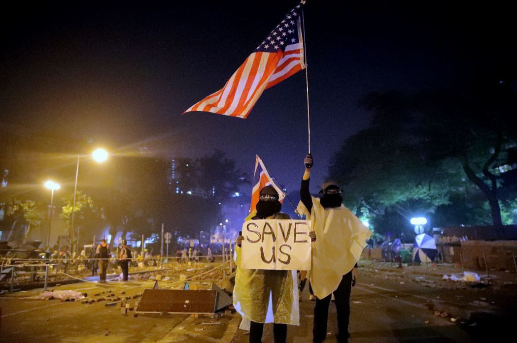 香港示威者高舉美國星條旗,呼籲國際社會伸出援手。 圖/美聯社