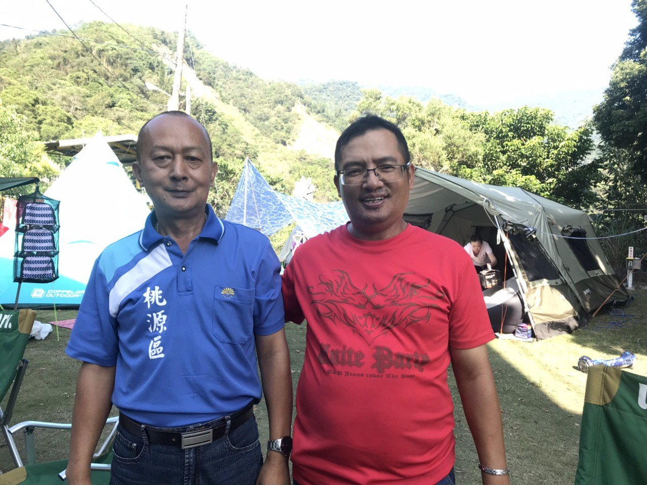 陳金山(左)自高雄市警局退休,返回桃源山區經營露營區,弟弟陳冠龍(右)是他的最佳...