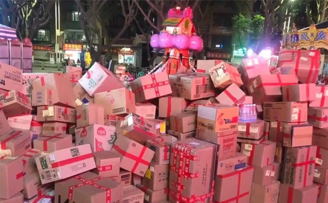 廣西一名女子於雙11過後需要代公司接收多達1617件商品,龐大貨量令快遞公司也要...