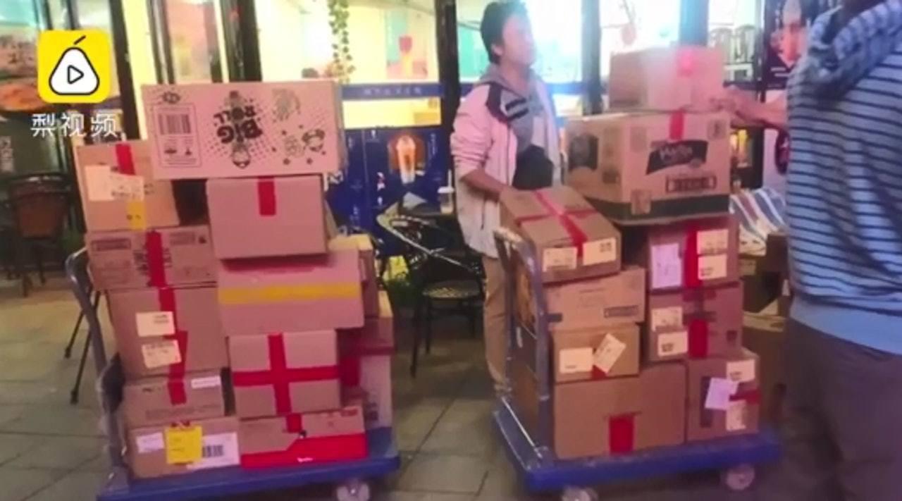 工作人員足足花了7小時才完成送貨,女子凌晨3時仍在「收貨」。(梨視頻截圖)