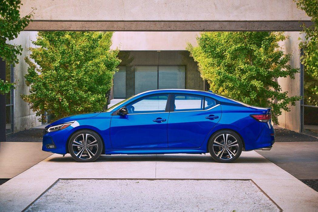 在車高降低50mm的加持下,Sentra整體外型更加流線。 摘自Nissan