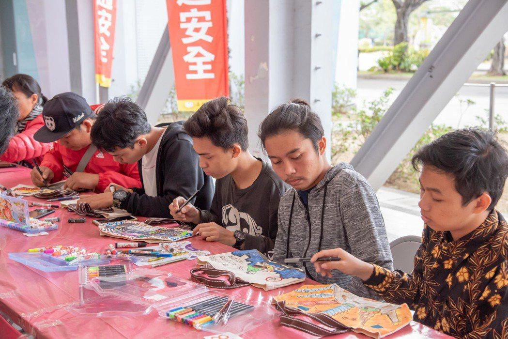 印尼學生融入校園生活參加學校舉辦繪畫活動。 嘉藥/提供