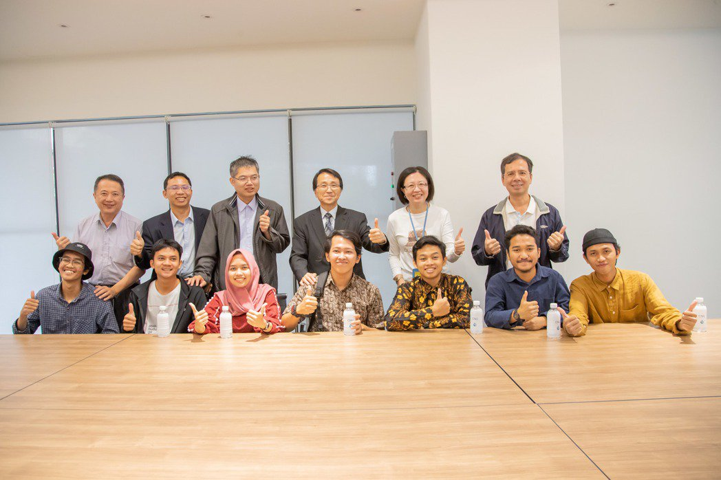 嘉藥印尼國際生開心與師長分享在學校生活。 嘉藥/提供