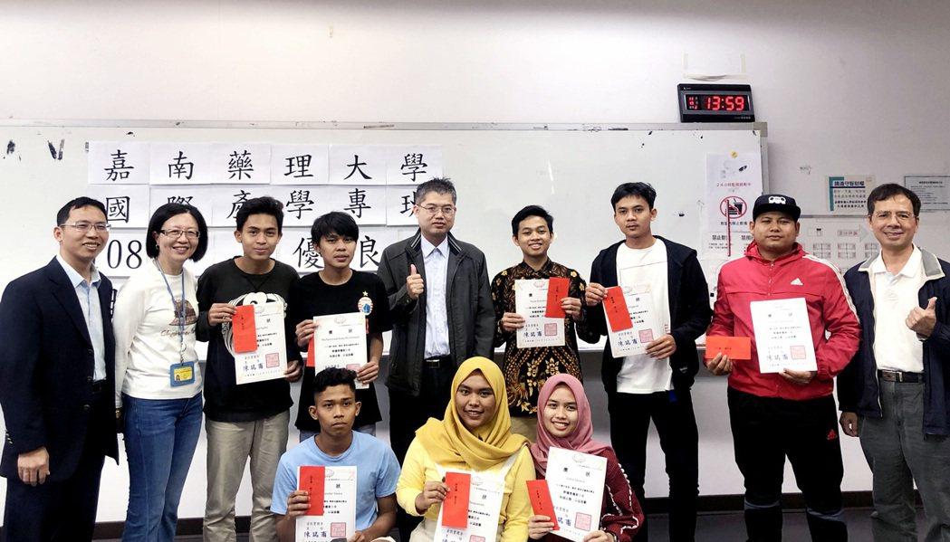 嘉藥特頒獎給來自印尼的優秀國際生特頒獎金及獎狀。 嘉藥/提供