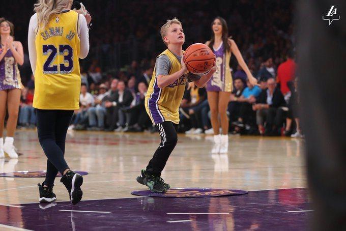 10歲湖人小球迷麥克斯投籃,讓全場都驚呆了。 擷圖自湖人隊官方推特