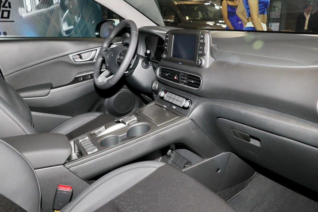 內裝風格與汽油車款有不小差異。 記者陳威任/攝影