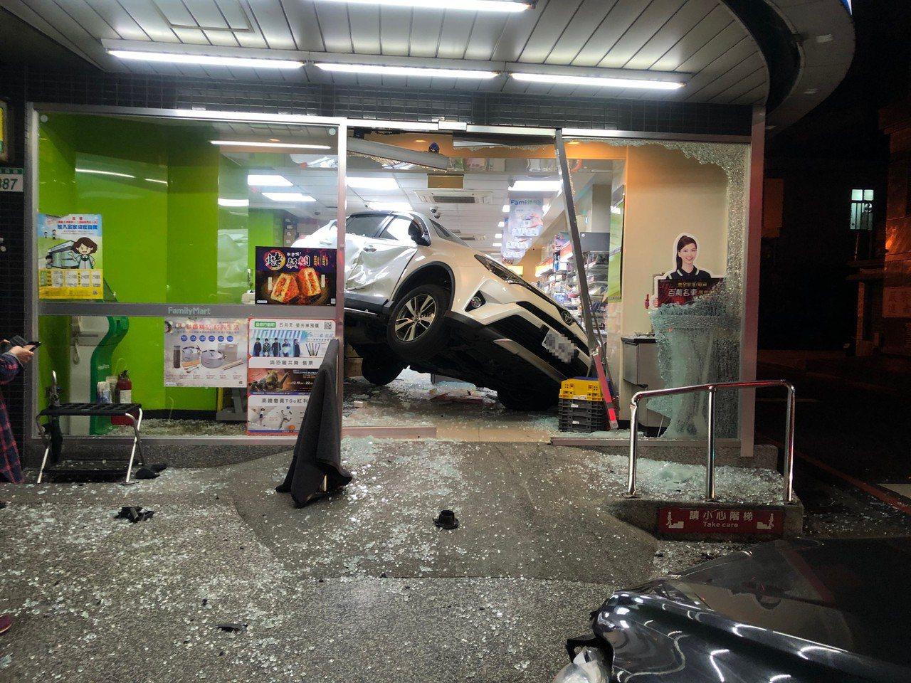 白色休旅車遭闖紅燈的另一輛車撞上,失控衝進超商。記者曾健祐/攝影
