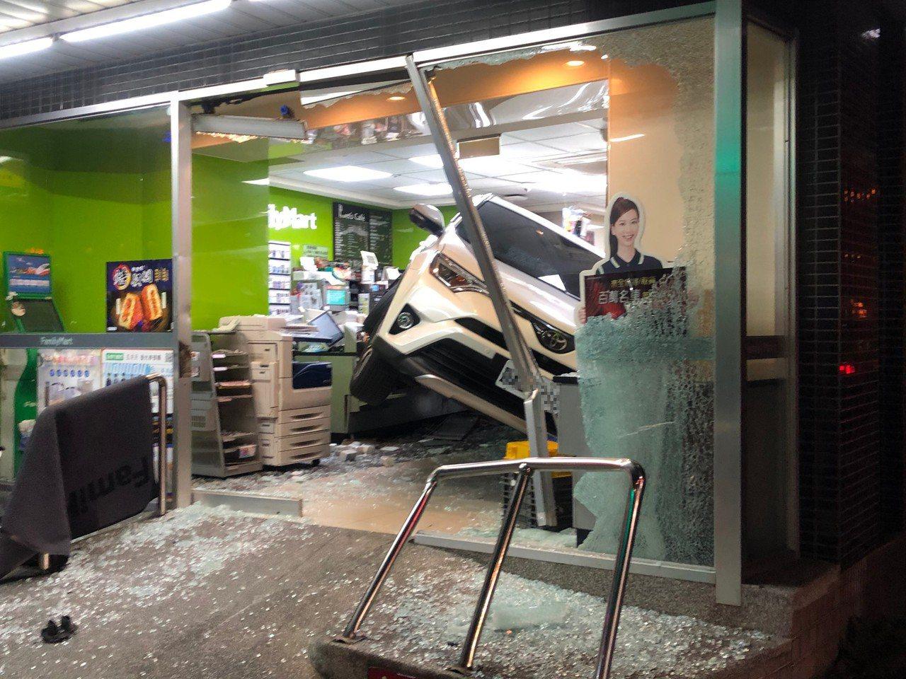 白色休旅車整輛車衝進超商,碎玻璃、商品四散一地。記者曾健祐/攝影