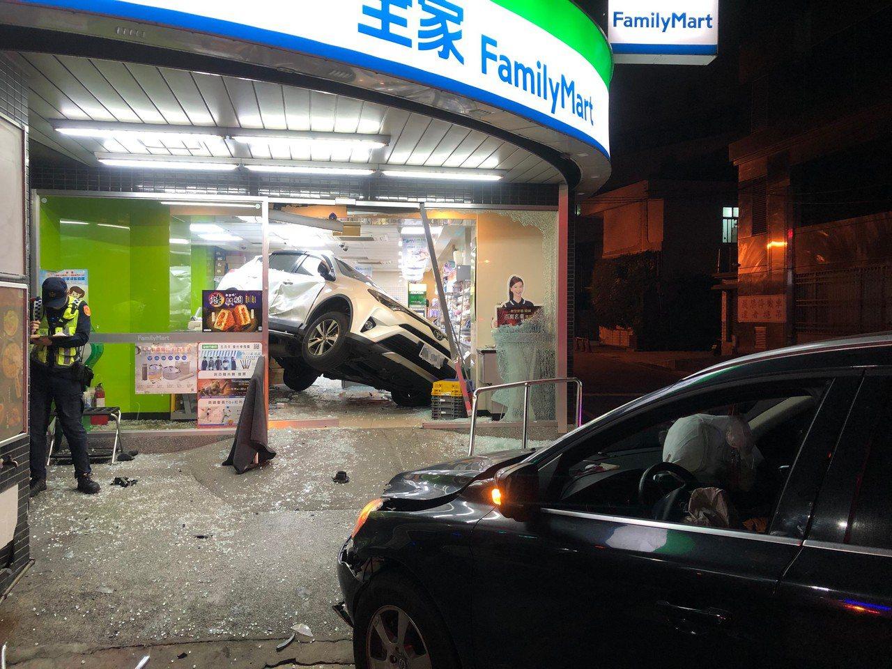肇事的黑色休旅車因闖紅燈,攔腰撞上白色休旅車,導致對方失控衝進超商。記者曾健祐/...