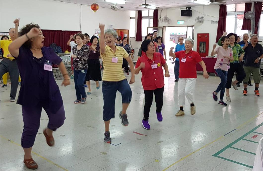 高雄市衛生局在左營果貿社區舉辦社區健康操成果發表及結業式,長輩們隨著音樂擺動四肢...