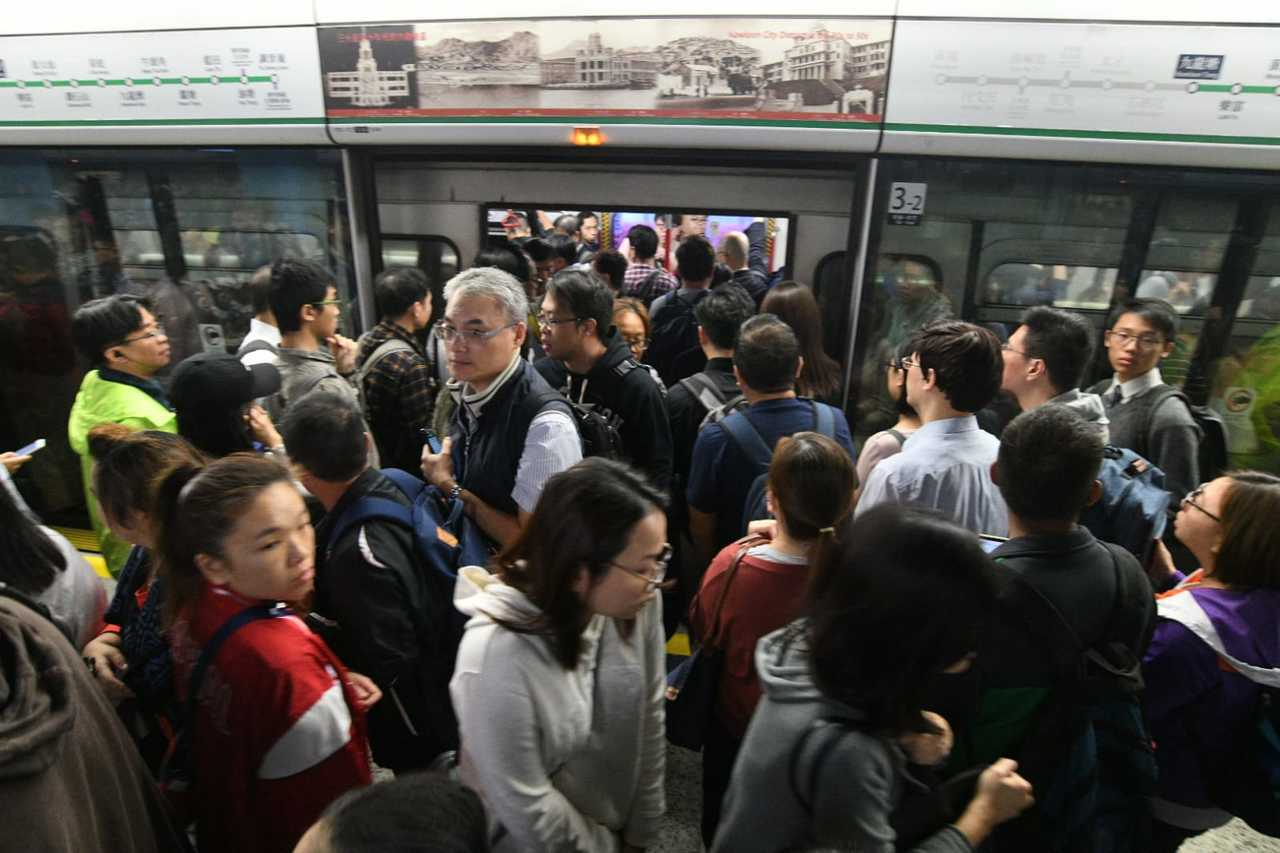 香港今復課,示威者發起「黎明行動」癱瘓交通。取自星島網