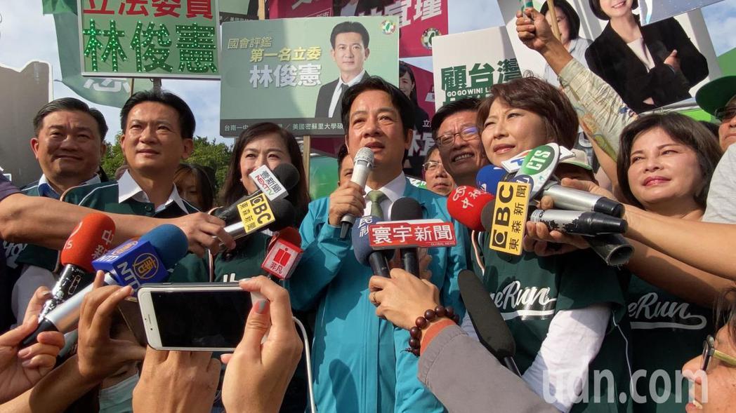 賴清德今天陪同台南市6名立委參選人到選委會登記。記者鄭維真/攝影