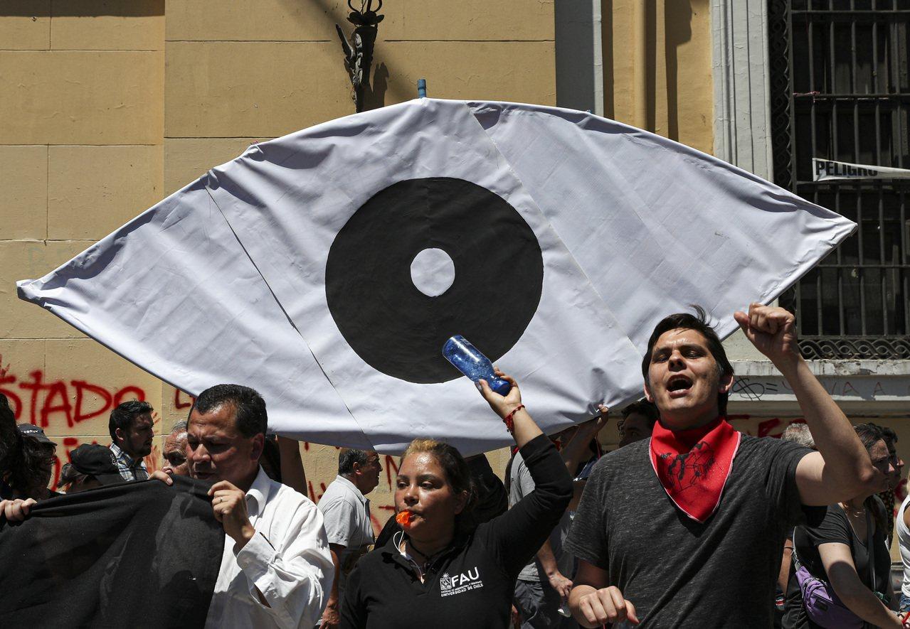 智利警方鎮暴時對民眾臉部發射鳥彈,導致200多名民眾單眼失明。美聯社