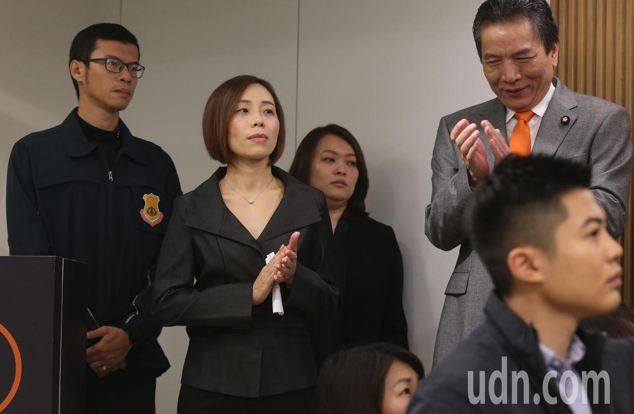 親民黨上午公布下屆不分區立委名單,排名第一為身心障礙聯盟秘書長滕西華(左二)。記...