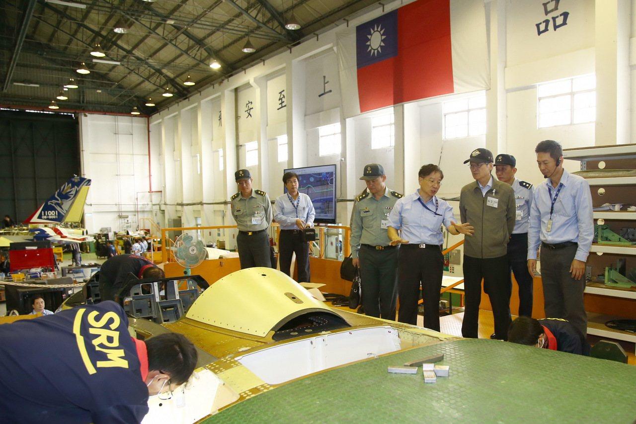 國防部長嚴德發訪視漢翔公司,實地巡視新式高教機研製生產情形。圖、文:軍聞社