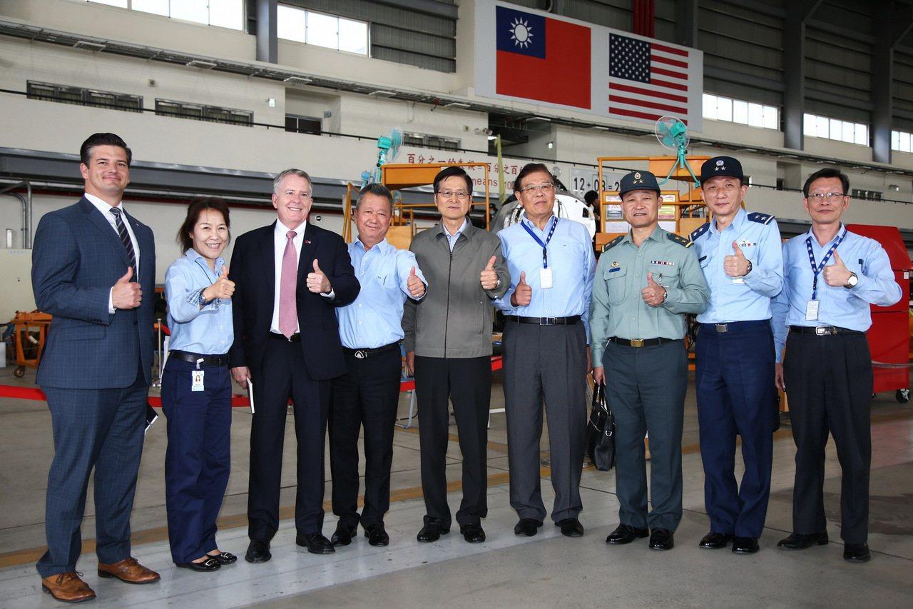 國防部長嚴德發訪視漢翔公司,親督F-16戰機構改專案執行進度。圖、文:軍聞社