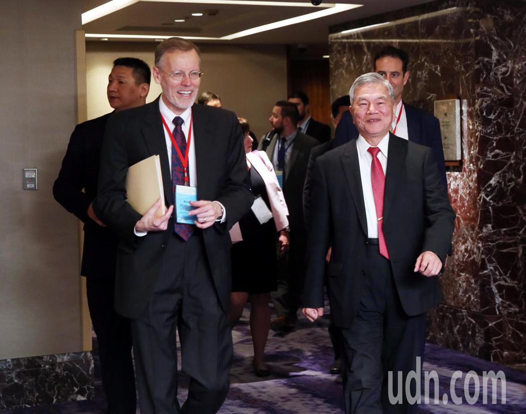 經濟部長沈榮津(右)上午參加全球合作暨訓練架構(GCTF)-印太區域良善能源治理...