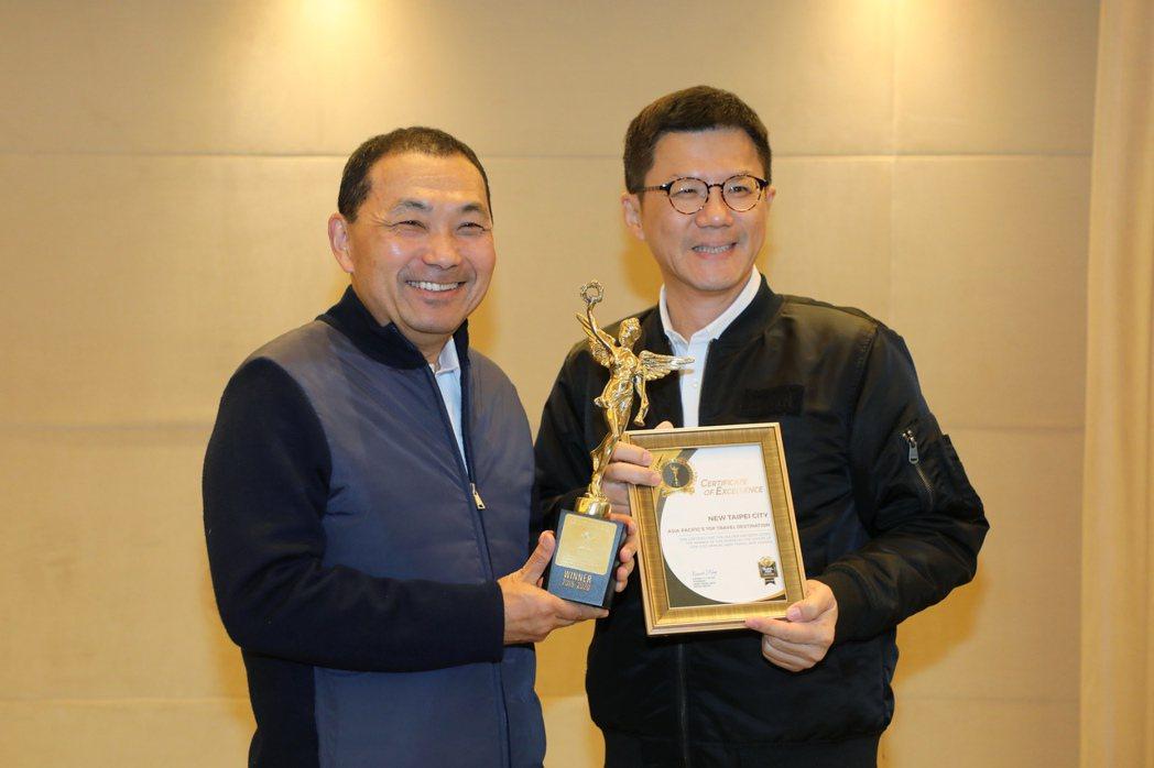 新北市觀光旅遊局長張其強(右)把「亞太最佳旅遊目的地獎(Asia-Pacific...