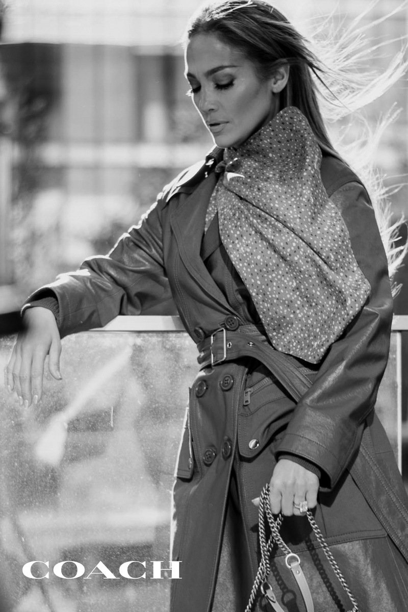 COACH宣布珍妮佛羅貝茲為全球新任代言人,首部作品即為2020年春季系列。圖/COACH提供