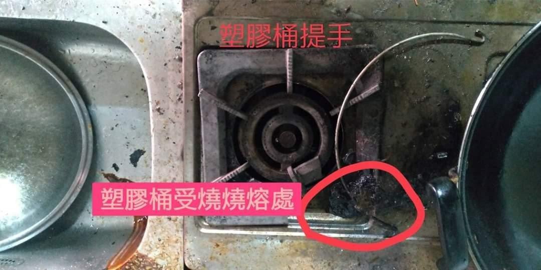 台中市清水區日前發生住宅火警,疑似阿嬤拿塑膠桶裝水燒開水。圖/清水消防分隊提供