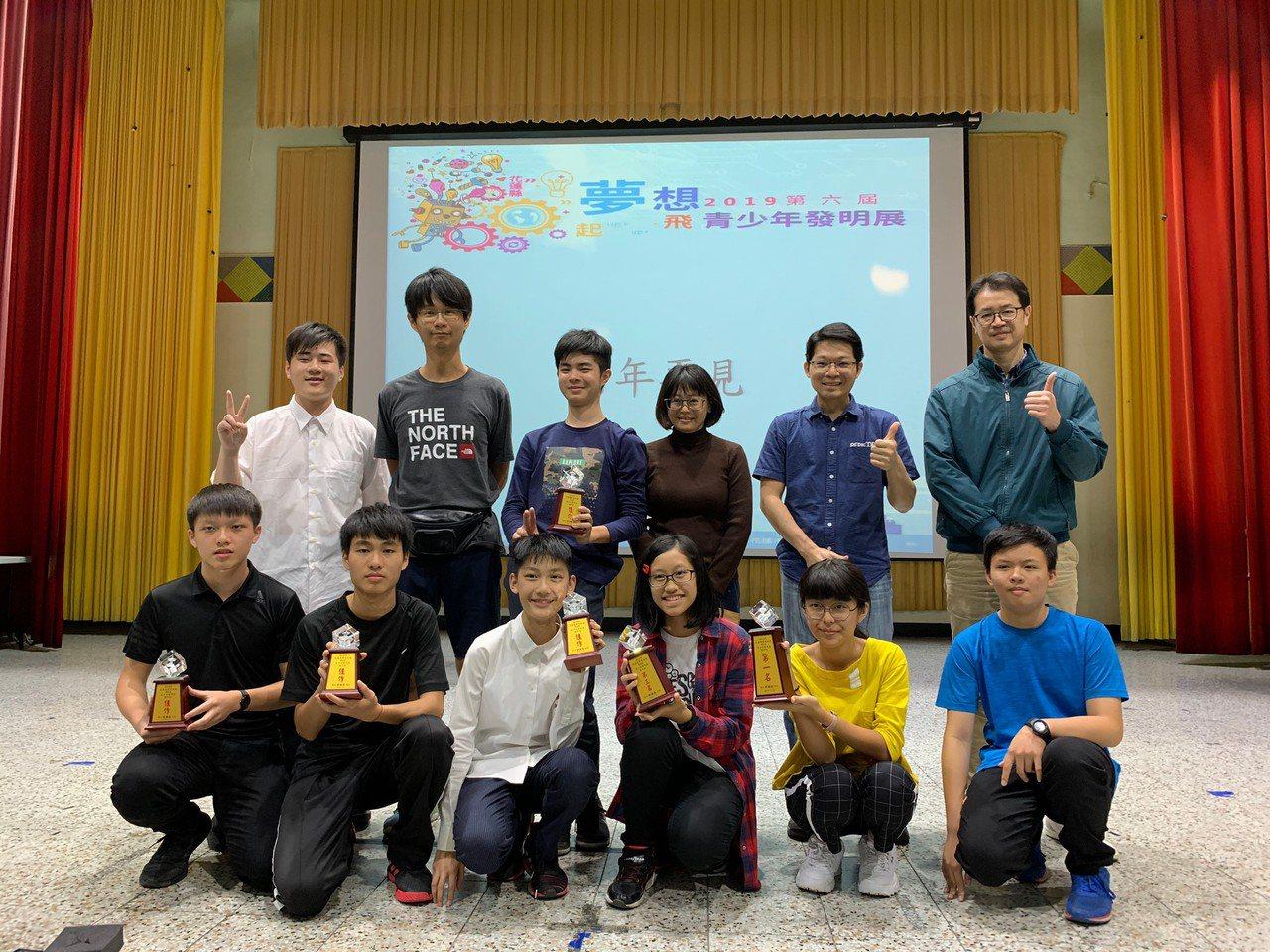 花蓮自強國中學生參加全縣發明展,獲得國中組冠軍、季軍和4件佳作。圖/自強國中提供