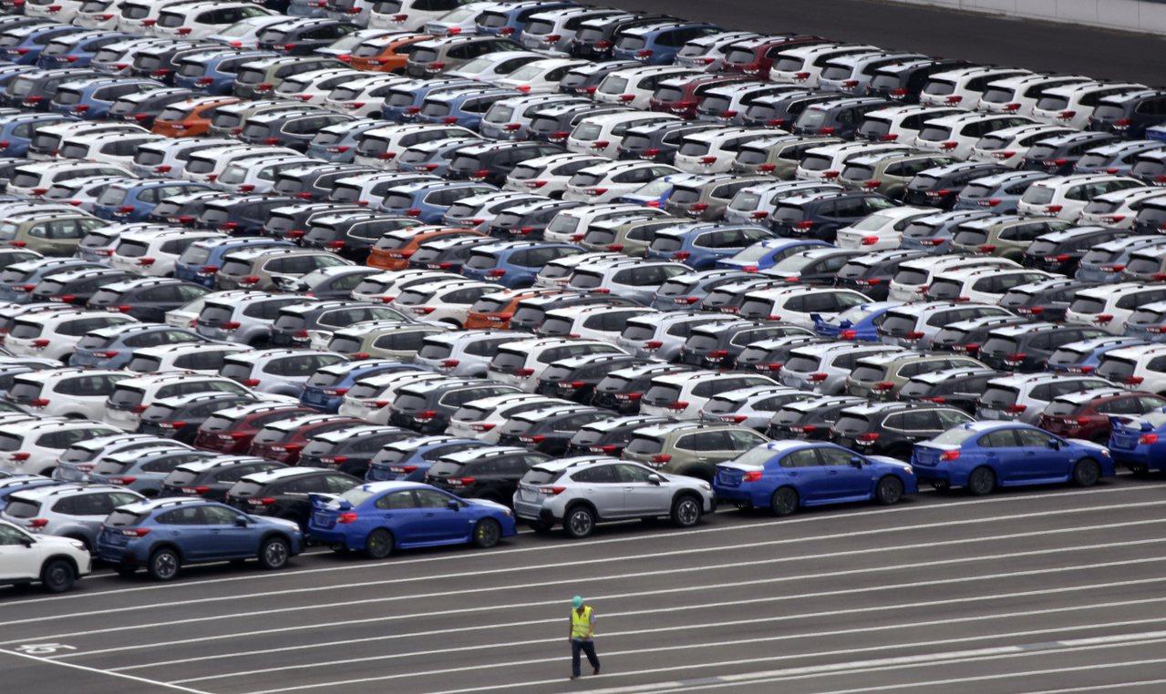 日本汽車和鋼鐵出口衰退,帶領10月出口連續11個月下滑。圖為停放在日本川崎港內準...